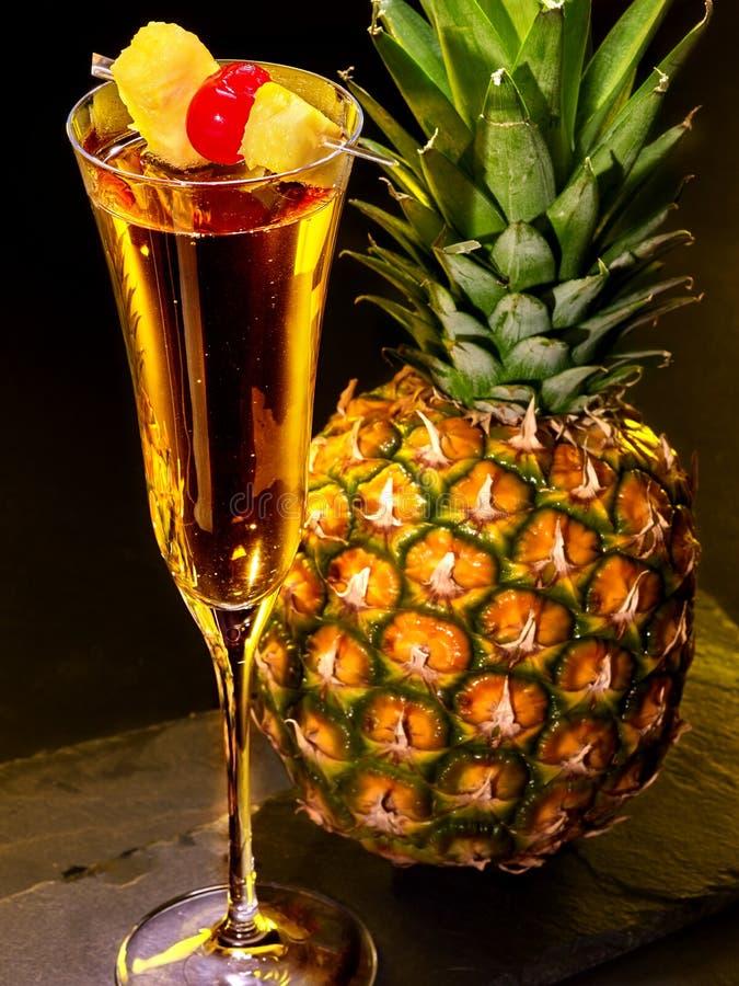 cocktail de champagne avec la cerise et l 39 ananas image stock image du cocktail champagne. Black Bedroom Furniture Sets. Home Design Ideas