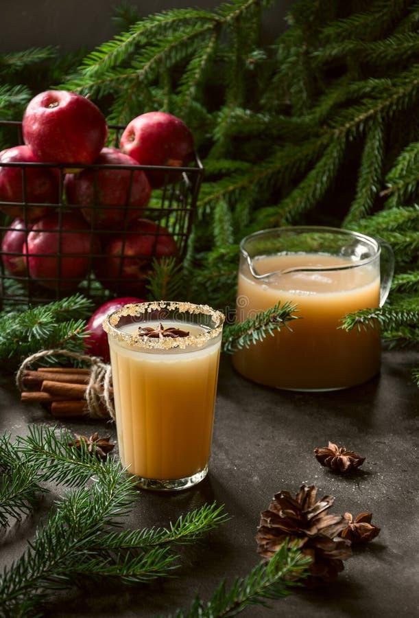 Cocktail de cidre d'Apple avec l'anis de cardamome et d'étoile sur la table noire photo libre de droits