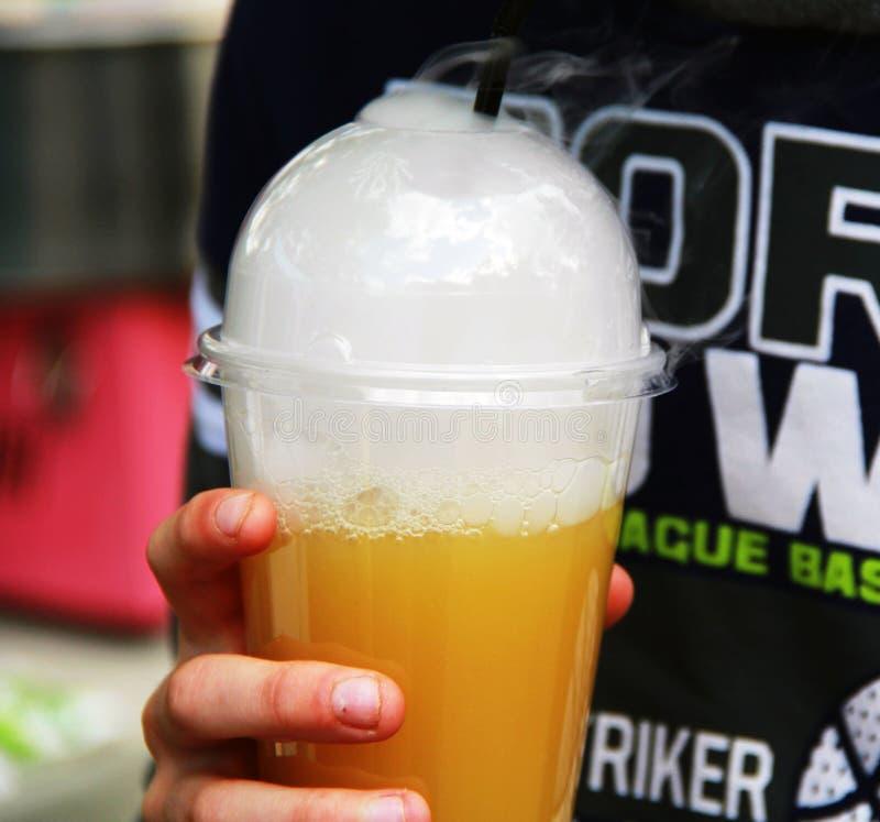 Cocktail de colada de Pina avec de la glace carbonique photos libres de droits