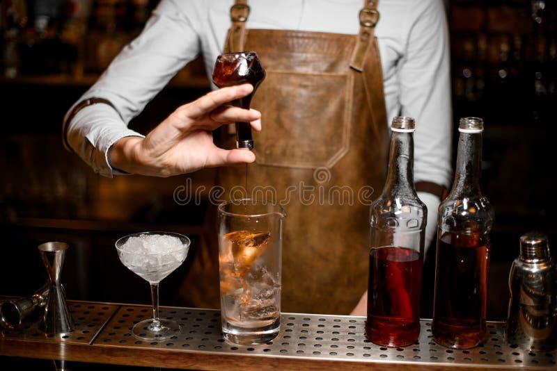 Cocktail de derramamento do barman usando o tubo de ensaio com conta-gotas fotos de stock royalty free