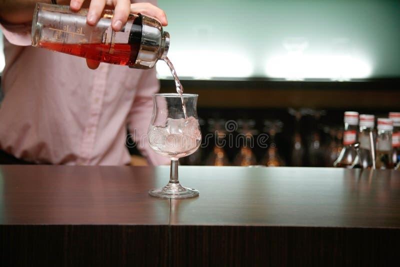 Cocktail de derramamento do empregado de bar fotografia de stock royalty free