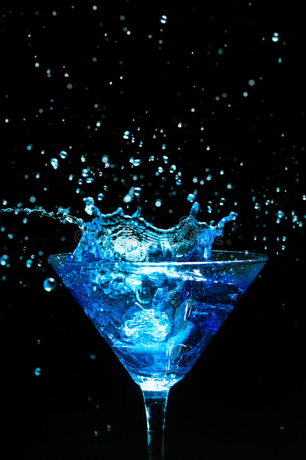 Cocktail de espirro azul imagem de stock royalty free