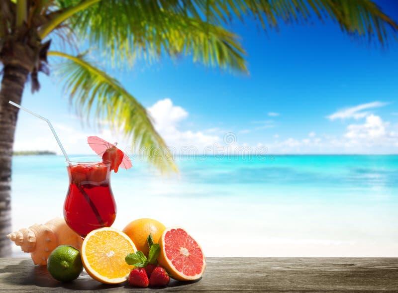 Cocktail de fraise et fruit tropical image stock