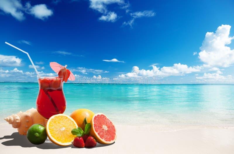 Cocktail de fraise et fruit tropical photographie stock