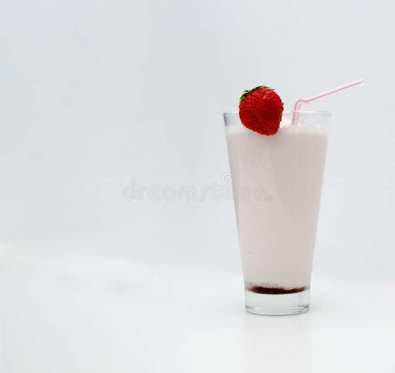 Cocktail de fraise ou lait de poule dans un verre décoré des fraises sur la table Nourriture saine pour le petit d?jeuner et les  photo libre de droits