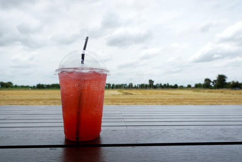 Cocktail de fraise sur en bois avec le champ de maïs de tache floue comme fond images libres de droits