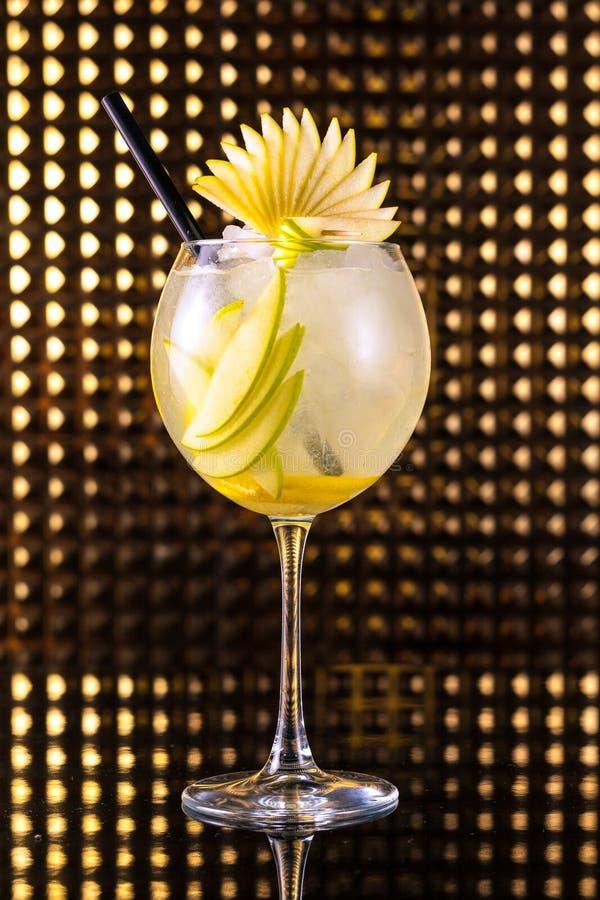 Cocktail de fruto amarelo com o limão no vidro redondo alto foto de stock royalty free