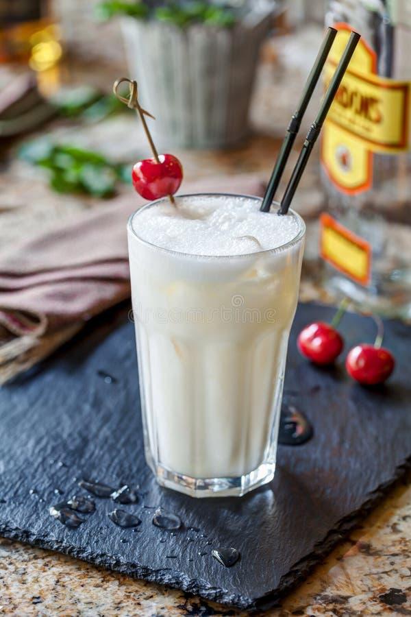 Cocktail de genièvre avec la cerise photographie stock libre de droits
