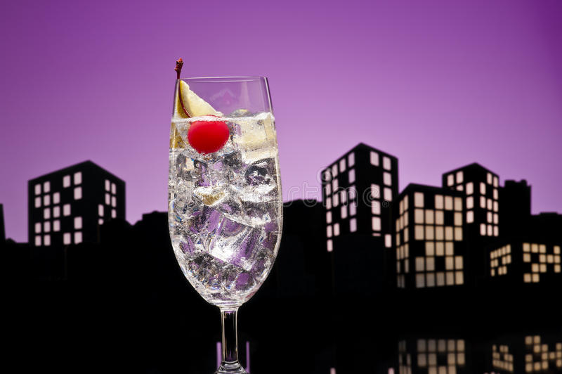 Cocktail de Gin Tonic tom collins da metrópole imagens de stock