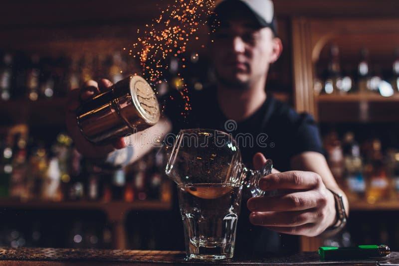 Cocktail de glace du feu avec la menthe et la cannelle photographie stock libre de droits
