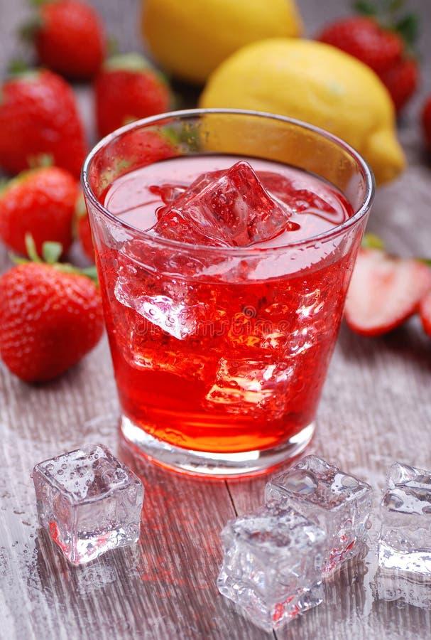 Cocktail de la fraise et du citron photographie stock libre de droits