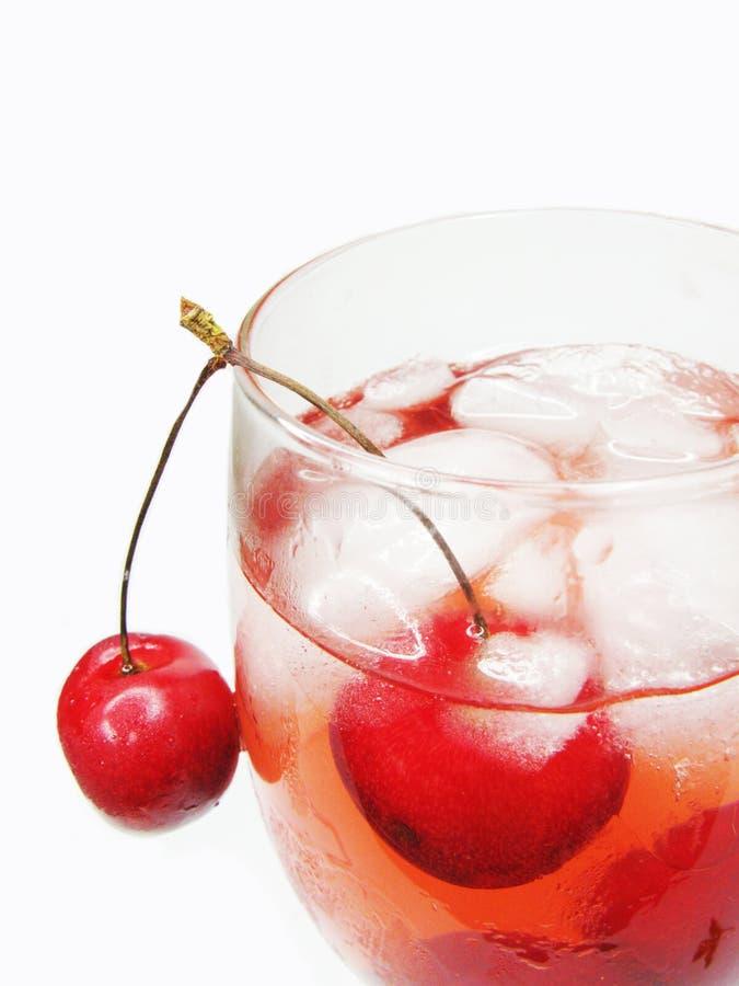 Cocktail de liqueur d'alcool avec la cerise images libres de droits