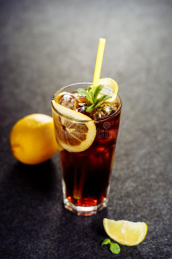 Cocktail de Long Island com bebida fresca da cola da vodca imagem de stock royalty free