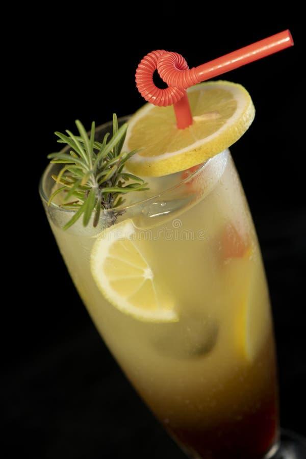 Cocktail de Long Island com suco da vodca, do tequila, do rum, do cin e da lima imagens de stock