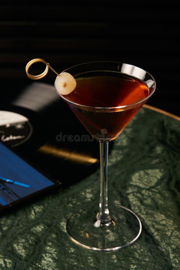 Cocktail de Manhattan do vinil na tabela da barra foto de stock royalty free