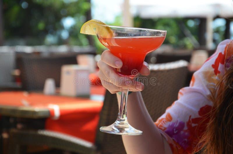 Cocktail de Margarita em um vidro em um fundo de luzes brilhantes fotografia de stock