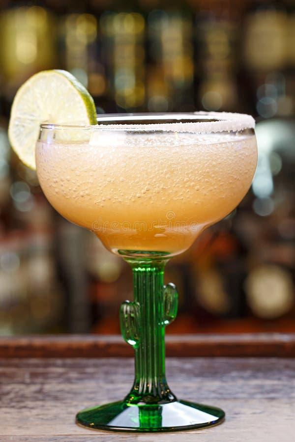 Cocktail de Margarita na barra imagens de stock royalty free