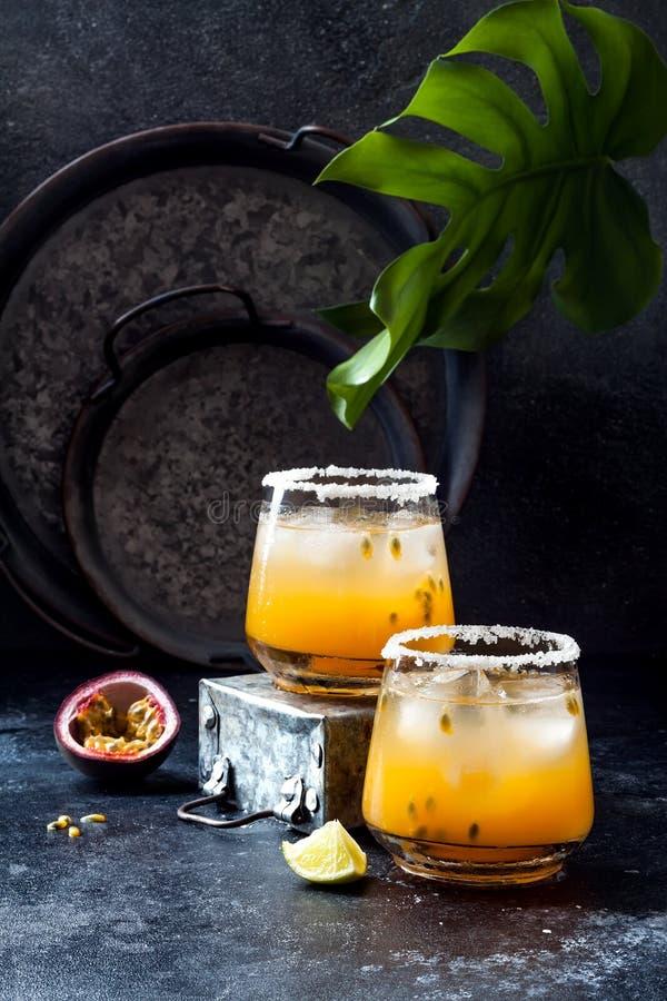 Cocktail de margarita de passionfruit de mangue avec la chaux Boisson alcoolisée tropicale pour l'été photos libres de droits