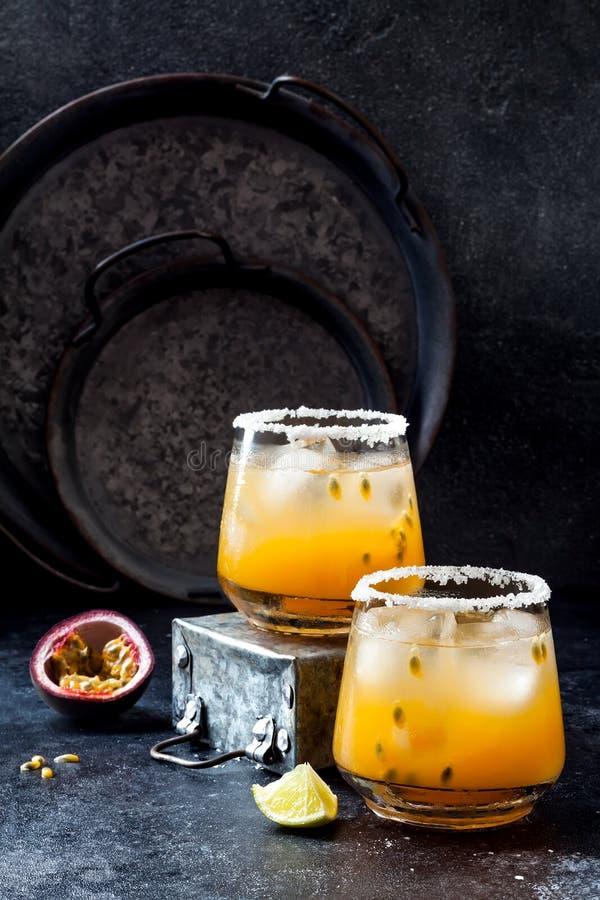 Cocktail de margarita de passionfruit de mangue avec la chaux Boisson alcoolisée tropicale pour l'été images stock