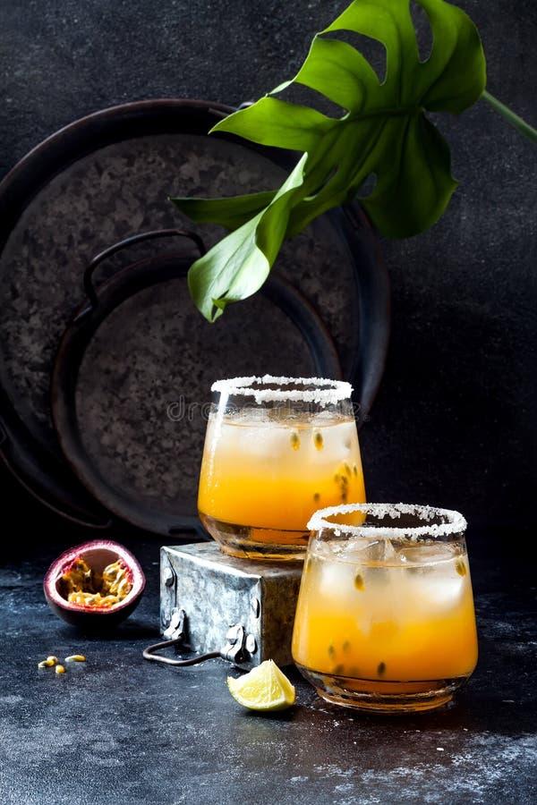 Cocktail de margarita de passionfruit de mangue avec la chaux Boisson alcoolisée tropicale pour l'été photographie stock