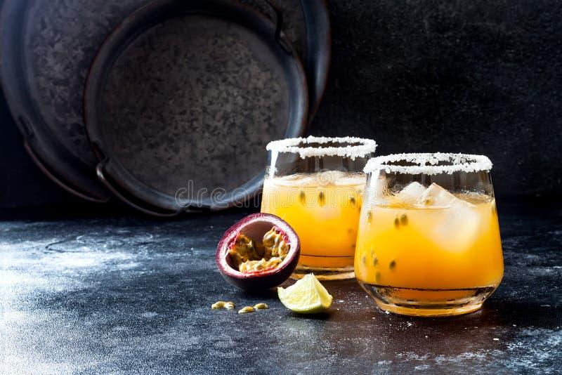 Cocktail de margarita de passionfruit de mangue avec la chaux Boisson alcoolisée tropicale pour l'été photo stock