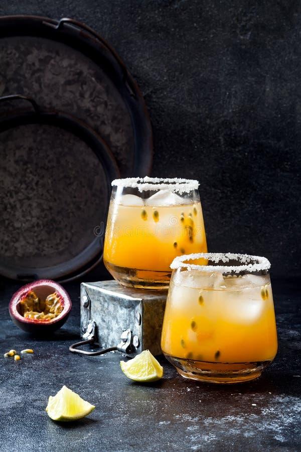 Cocktail de margarita de passionfruit de mangue avec la chaux Boisson alcoolisée tropicale pour l'été image stock