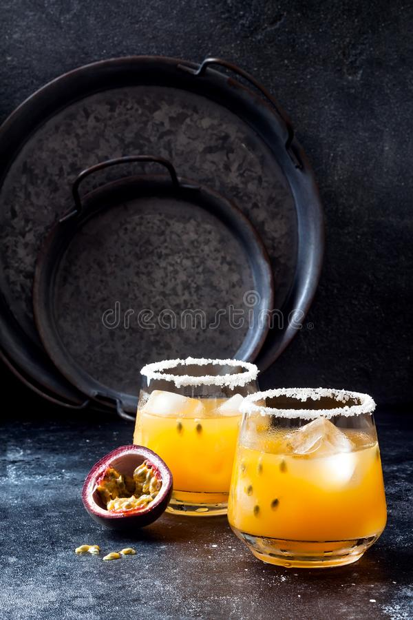 Cocktail de margarita de passionfruit de mangue avec la chaux Boisson alcoolisée tropicale pour l'été photos stock