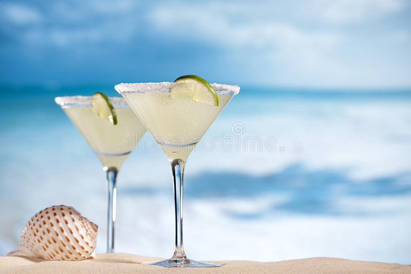 Cocktail de margarita sur la plage, la mer bleue et le ciel photographie stock