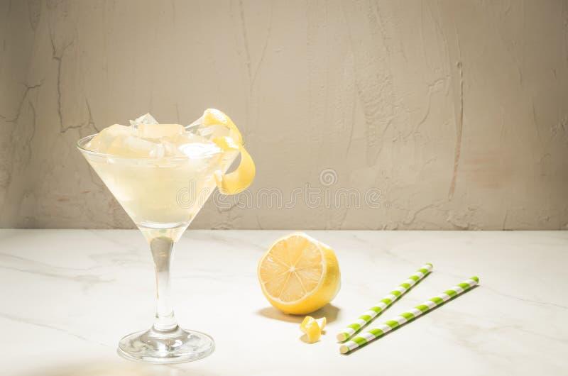 Cocktail de Martini avec de la glace et un citron/cocktail de Martini avec de la glace et un citron sur un fond blanc L'espace de photos libres de droits
