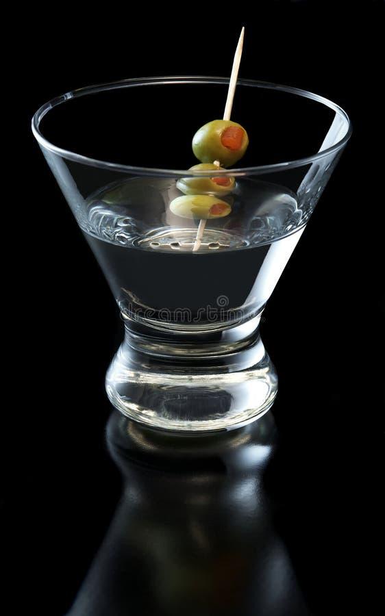 Cocktail de Martini com azeitonas fotos de stock royalty free