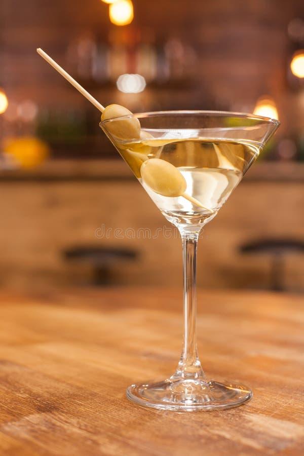 Cocktail de martini do alco?lico em uma tabela de madeira r?stica em um restaurante imagem de stock
