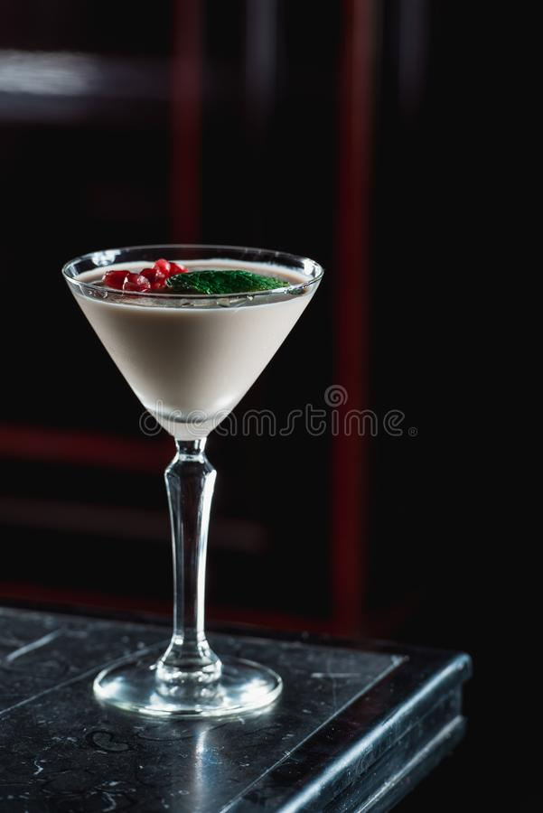 Cocktail de Martini do café, grões da romã na parte superior imagem de stock