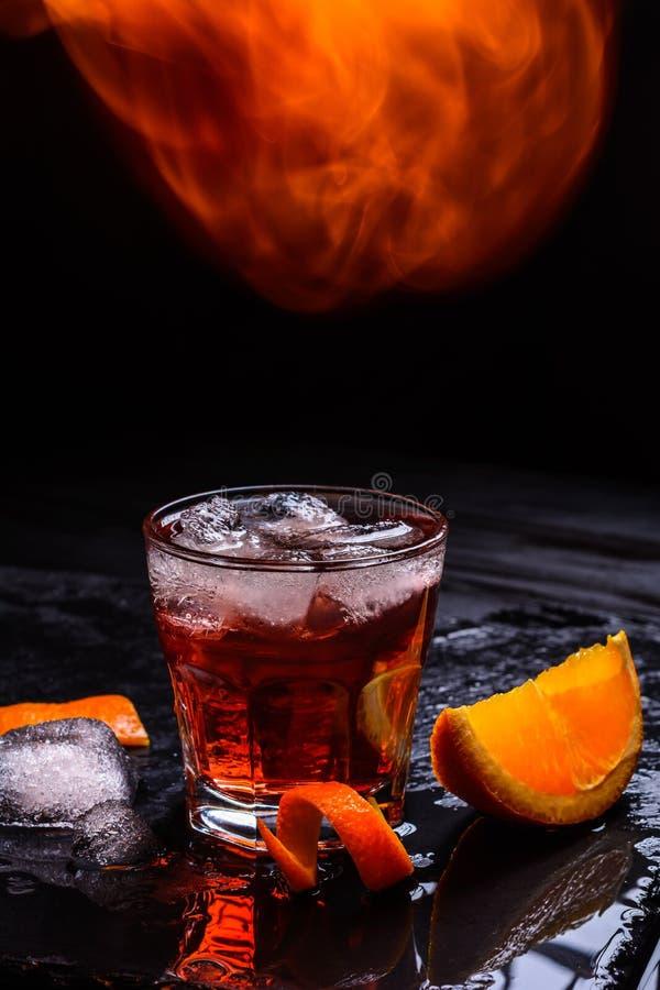 Cocktail de Mezcal Negroni avec la flamme Aperitivo italien fumeux Orange - macro image libre de droits