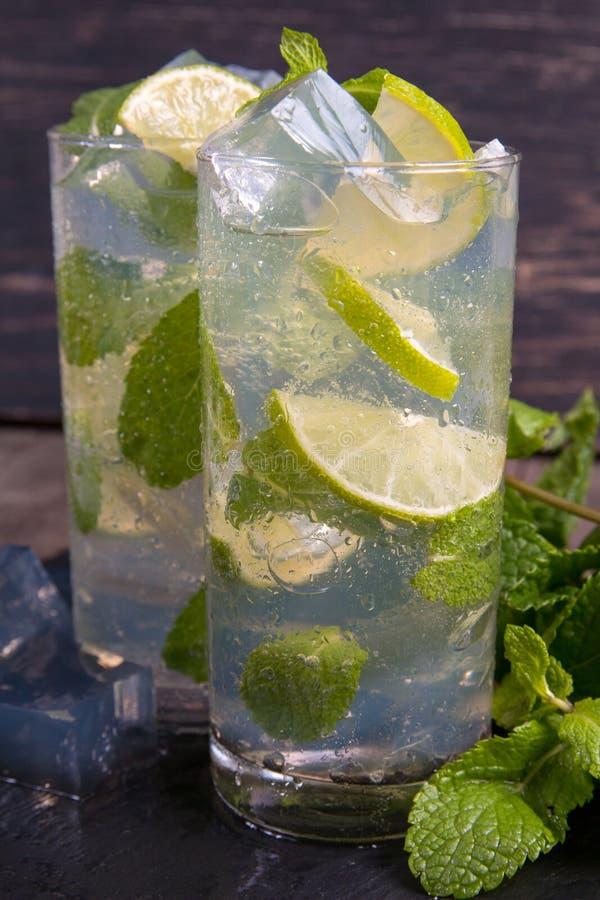Cocktail de Mojito com cal e gelo foto de stock royalty free