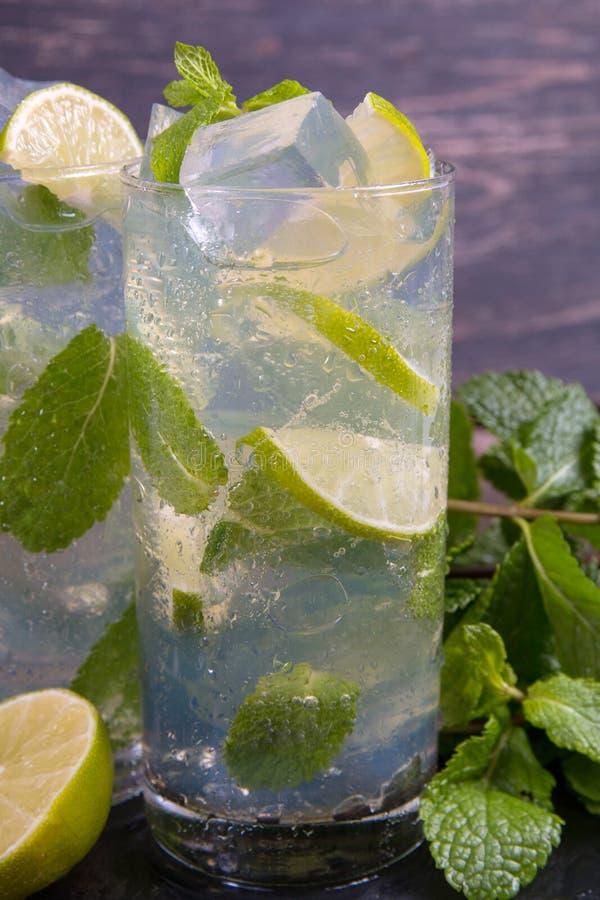 Cocktail de Mojito com cal e gelo imagens de stock