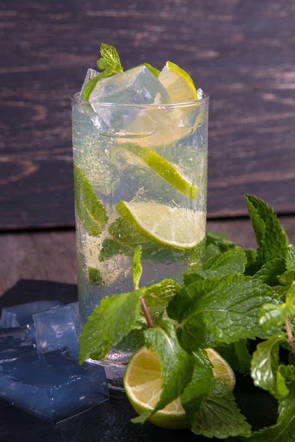 Cocktail de Mojito com cal e gelo imagem de stock