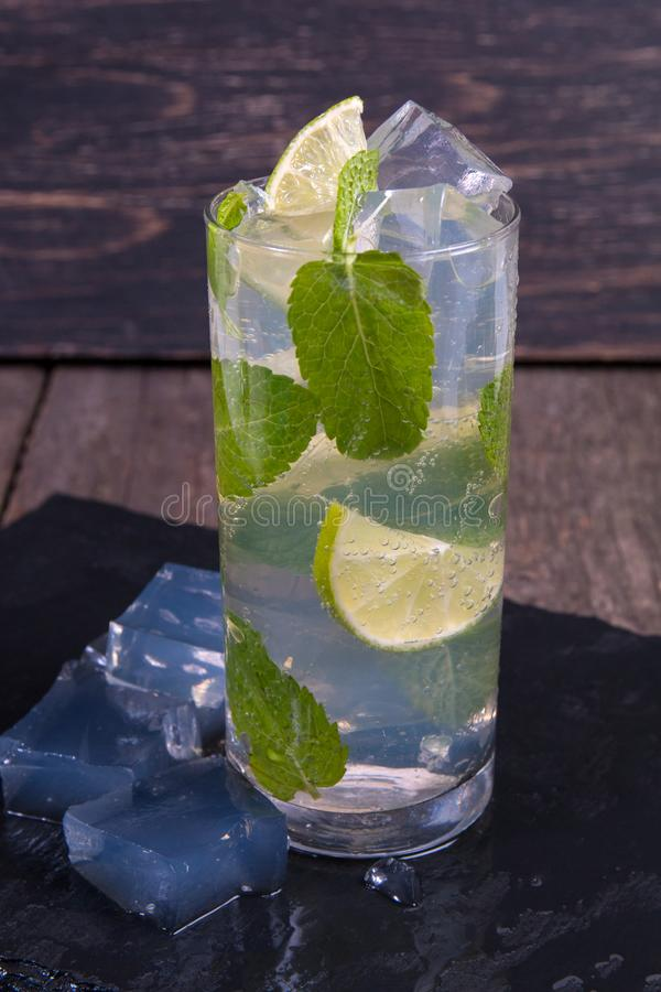 Cocktail de Mojito com cal e gelo fotos de stock