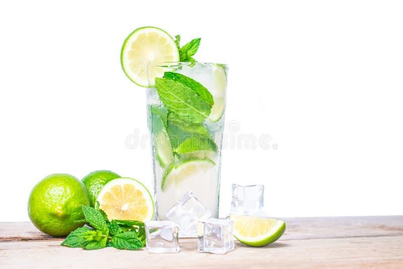 Cocktail de Mojito com o cal fresco, isolado no fundo branco imagem de stock