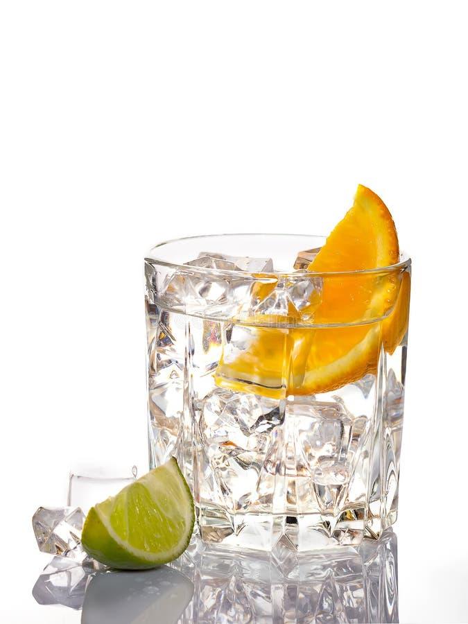 Cocktail de Mojito com o cal isolado no fundo branco foto de stock