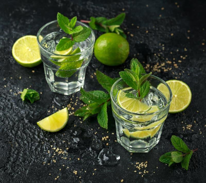 Cocktail de Mojito com rum, cal e hortelã no vidro Bebida fria do verão com gelo imagens de stock royalty free