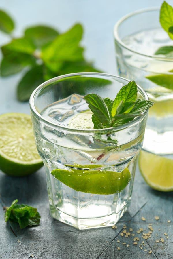 Cocktail de Mojito com rum, cal e hortelã no vidro Bebida fria do verão com gelo foto de stock