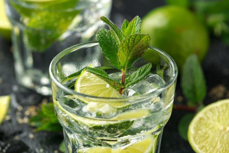 Cocktail de Mojito com rum, cal e hortelã no vidro Bebida fria do verão com gelo fotografia de stock