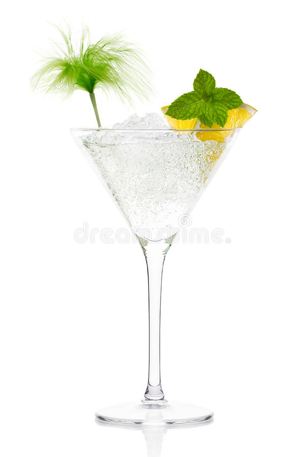 Cocktail de Mojito com vodca no vidro de Martini foto de stock