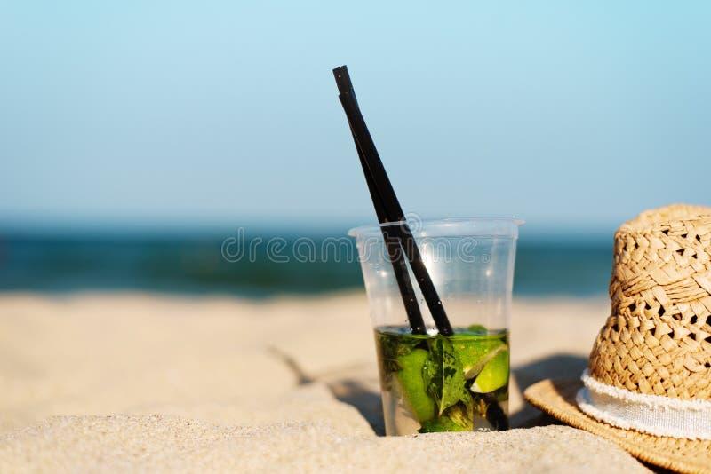 Download Cocktail De Mojito Sur La Plage Et Le Chapeau De Paille Fond Brouillé De Plage Avec L'espace De Copie Sun, Brume Du Soleil, éclat Image stock - Image du liquide, vert: 77161613