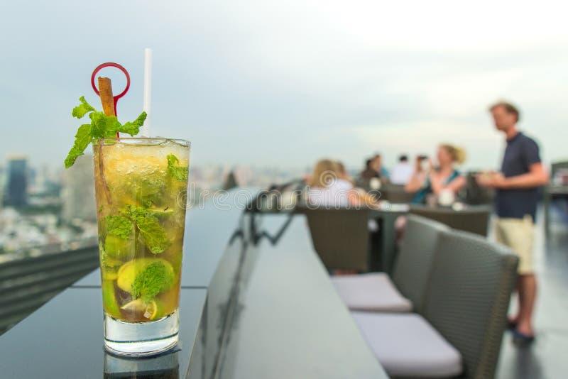 Cocktail de Mojito sur la table dans la barre de dessus de toit image libre de droits
