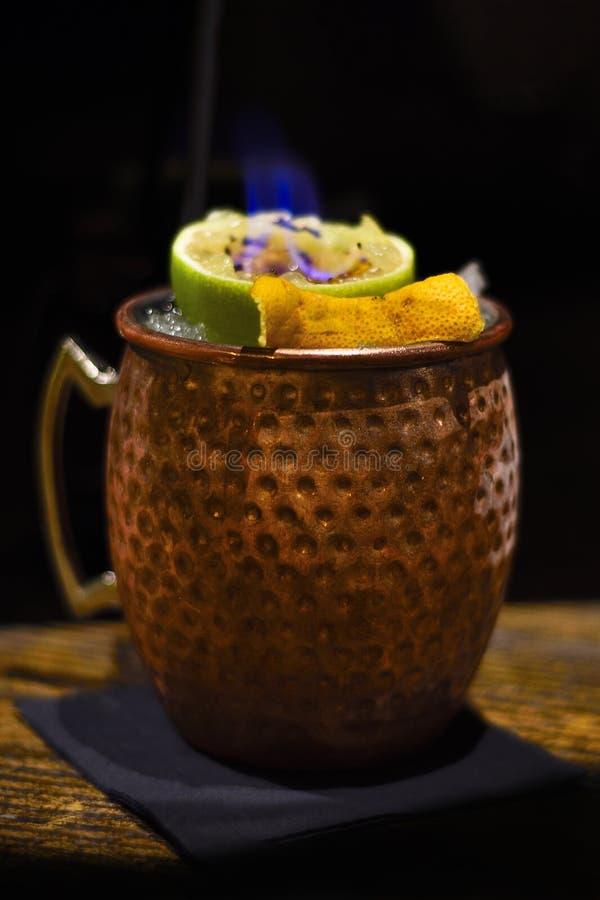 Cocktail de mule de Moscou avec la flamme image stock