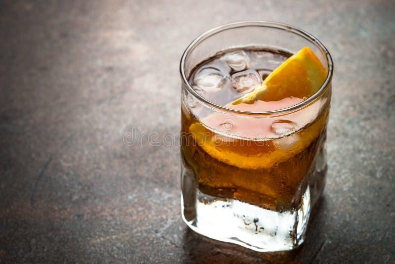 Cocktail de Negroni no vidro na obscuridade fotografia de stock