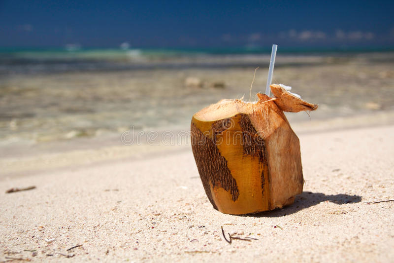 Cocktail de noix de coco sur la plage sur la mer des Caraïbes photo stock
