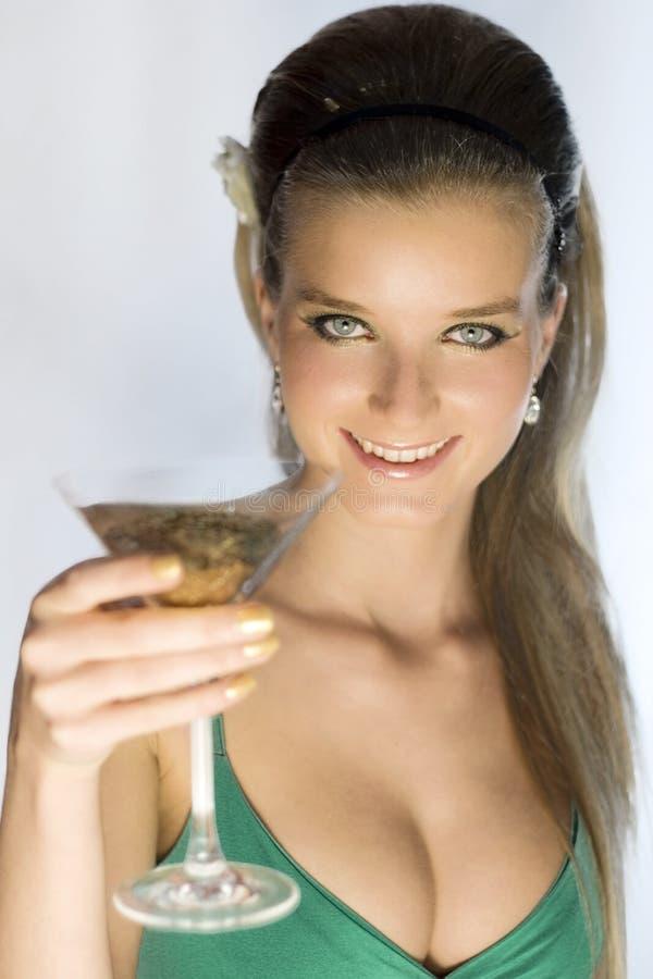 Cocktail de oferecimento da beleza imagens de stock royalty free