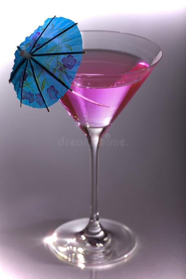 Cocktail de réception en glace de Martini avec le parapluie image stock
